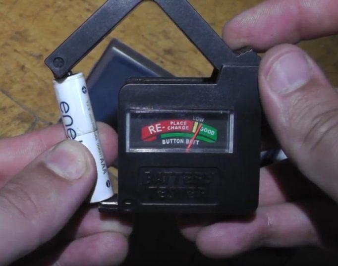 Как проверить заряд батарейки мультиметром