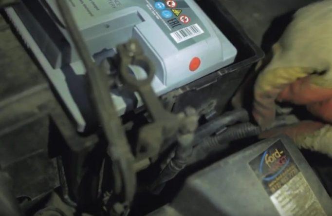 Как поменять аккумулятор на Форд Фокус 2 рестайлинг и дорестайлинг