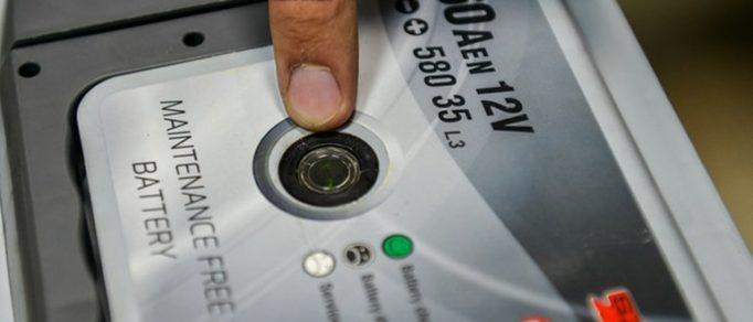 О чем говорят разные цвета индикатора на аккумуляторе: обозначение и неполадки