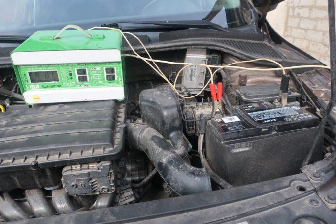 Можно ли заряжать аккумулятор не снимая с автомобиля