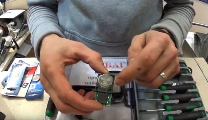 Как поменять батарейку в ключе Тойота Камри V55 и v50?