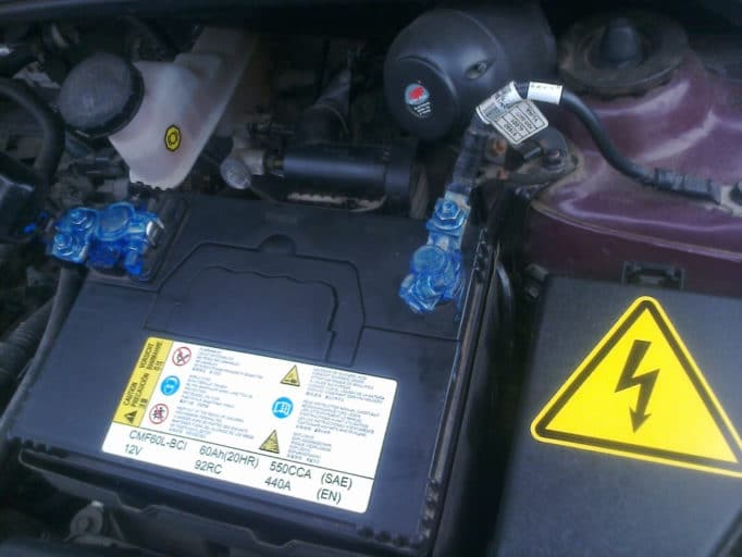 Как и чем смазывать клеммы аккумулятора автомобиля от окисления